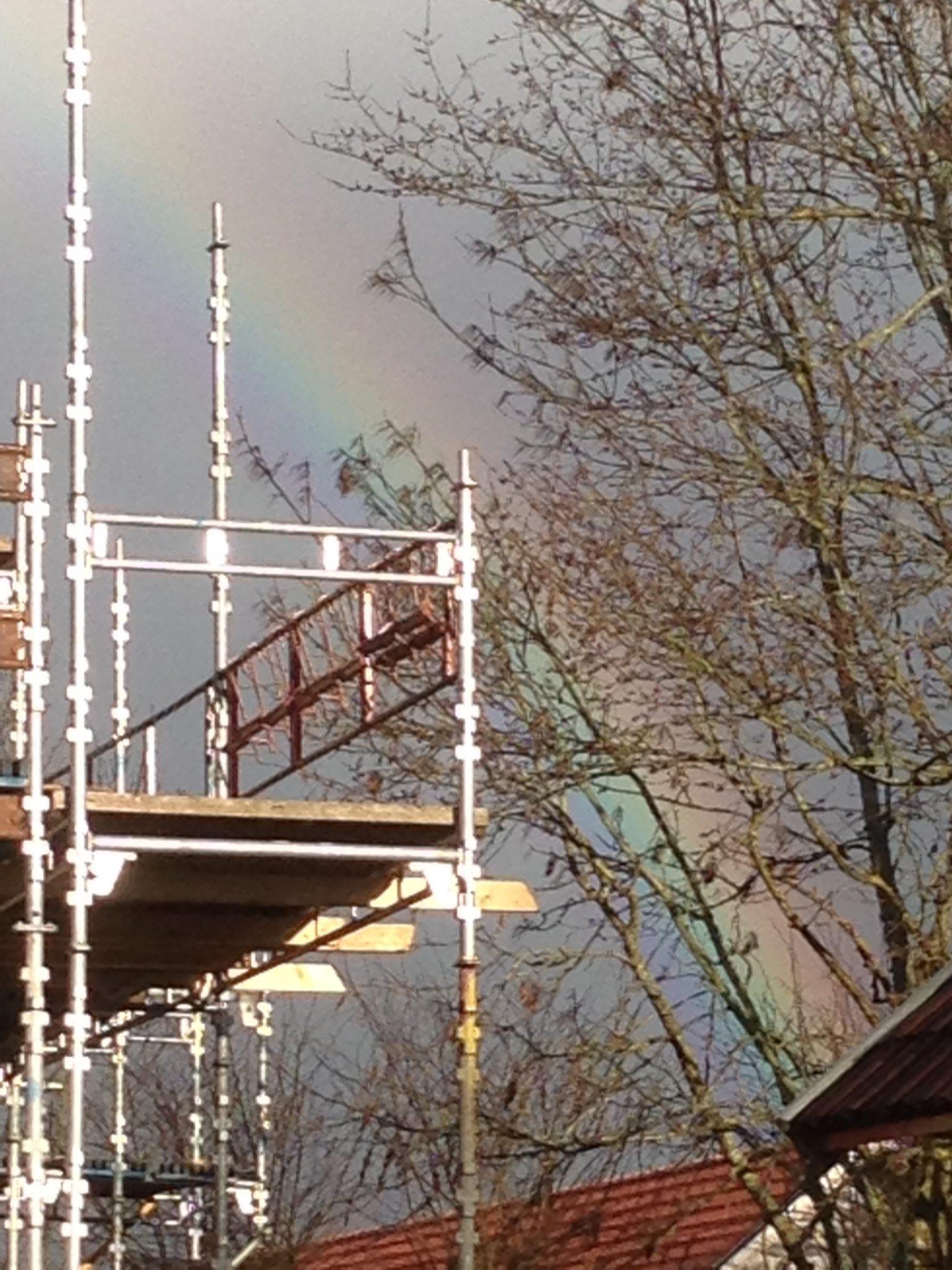 Under regnbågen skimrar byggnadsställningen
